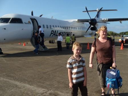 Jeppe og Camilla foran flyet i lufthavnen på Palawan.